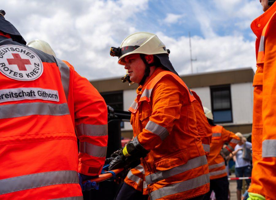 Das Foto zeigt die Freiwillige Feuerwehr des Ortes Hillerse bei einer gemeinsamen Vorführung einer technischen Hilfeleistungen mit der Kreisbereitscahft Gifhorn des Deutschen Roten Kreuzes. Es ist unter anderem der Abgeordnete Raulfs im Einsatz zu sehen. Er ist aktives Mitglieder der FFW Hillerse.